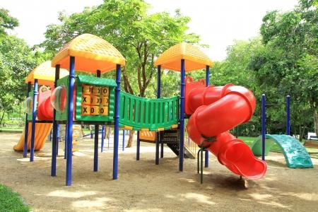 ni�os en recreo: Juegos para ni�os de colores en el parque Foto de archivo
