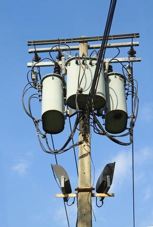 Transformers eines elektrischen Post mit Stromleitungen Lizenzfreie Bilder