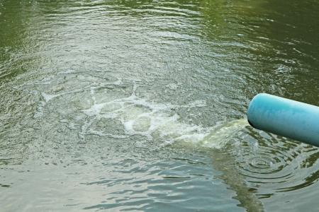 Afvalwaterstroom van waterpijp Stockfoto