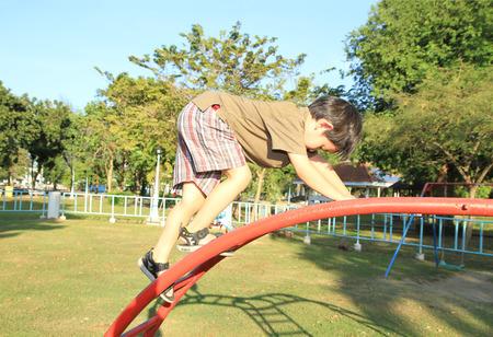 obesidad infantil: Joven escalada muchacho asi�tico en patio Foto de archivo