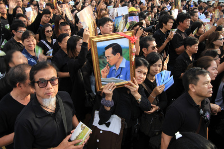 adulyadej: BANGKOK,THAILAND- DECEMBER 5 :  Mourners holding aloft pictures of the late King Bhumibol on Bhumibol bridge to commemorate the birthday of the late King Bhumibol on Dec 5, 2016 in Bangkok,Thailand. Editorial