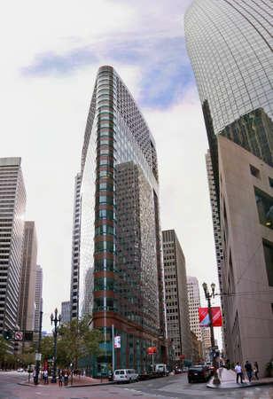 SAN FRANCISCO, CA - 02 de octubre 2011: 101 California Street (derecha) y 388 Mercado edificio de la calle (a la izquierda) - dos rascacielos situados en el distrito financiero de San Francisco el 02 de octubre 2011 Editorial
