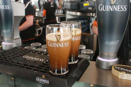 cerveza negra: DUBL�N, Irlanda - 19 de junio 2008: Dos pintas de cerveza se sirve en la f�brica de cerveza Guinness el 19 de junio de 2008. Cervecer�a, donde 2,5 millones de pintas de cerveza negra se elabora todos los d�as fue fundada por Arthur Guinness en 1759