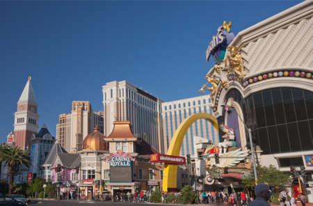 royale: LAS VEGAS, NEVADA - 12 de abril de 2011: Venecia, Casino Royale y Harrah hoteles en la parte central de la Franja de Las Vegas el 12 de abril de 2011. Diecinueve de los 25 hoteles m�s grandes del mundo se encuentran en el Strip, con un total de m�s de 67.000 habitaciones Editorial