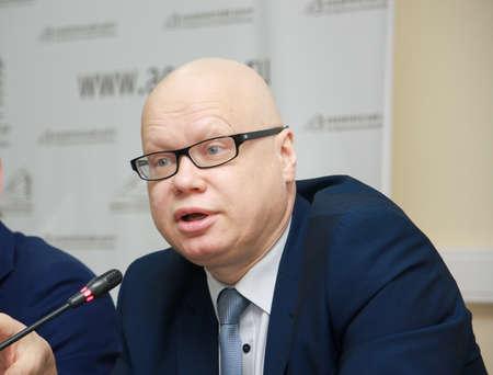 analytic: Mosc�, Rusia - 20 de diciembre de 2012: Federaci�n de Rusia el viceministro de finanzas Alexey Lavrov informa a la conferencia de la gobernanza presupuestaria al Gobierno Analytic Center en Mosc� el 20 de Diciembre 2012