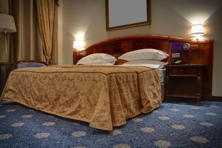 kingsize: King-size bed with bedside tables and lamps