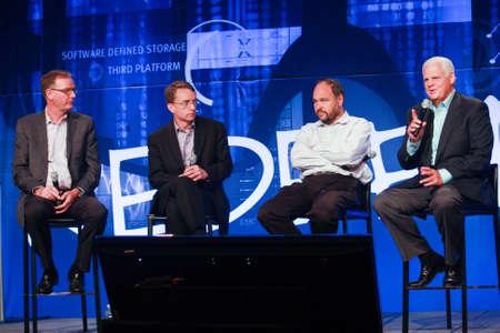 business model: LAS VEGAS, NV - 6 mei 2014: David Goulden, Pat Gelsinger, Paul Maritz en Joe Tucci (links naar rechts) kondigen federatie business model bij EMC Wereld 2014 conferentie op 6 mei 2014 in Las Vegas, NV Redactioneel