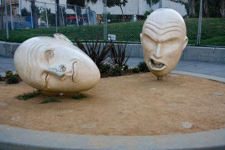 egghead: SAN FRANCISCO, CA, 20 settembre 2010 - Yin e Yang scultura in bronzo creato da Robert Arneson esposto all'aperto sul 29 settembre 2010 a San Francisco. Fa parte della collezione Egghead acquistato per citt� Editoriali