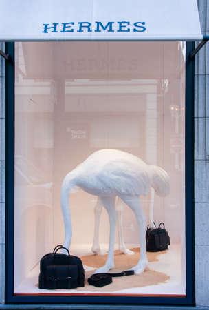luxury goods: SAN FRANCISCO, Estados Unidos - 22 de septiembre 2010: tienda de Hermes en el centro de la calle en San Francisco el 22 de septiembre 2010 .. La marca francesa tiene 2 historia del siglo y se especializa en cuero, accesorios y art�culos de lujo. Editorial