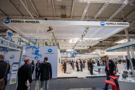 exhibitor: HANNOVER, Alemania - MARZO 14 de, 2016: stand de Konica Minolta compañía en CeBIT feria de tecnología de información en Hannover, Alemania el 14 de marzo de 2016. Editorial