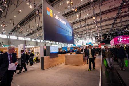 exhibidor: HANNOVER, Alemania - MARZO 14 de, 2016: stand de la empresa Microsoft en el CeBIT feria de tecnolog�a de informaci�n en Hannover, Alemania el 14 de marzo de 2016.