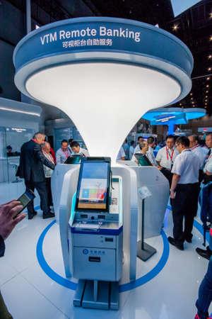 EXHIBIDOR: Shanghai, China - 31 de agosto, 2016: Los asistentes miran aparato de Banca a Distancia VTM en Huawei Conectar 2,016 conferencia de tecnología de la información y la exposición en Shanghai, China, el 31 de agosto de 2016. Editorial