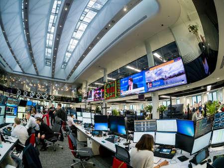 MOSKAU, RUSSLAND - 30. JANUAR 2018: Blick auf den geschäftigen Handelsraum der Sberbank CIB-Börse in Moskau am 30. Januar 2018. Es ist der neue größte Handelsraum in Europa mit einer Fläche von 4000 Quadratmetern.