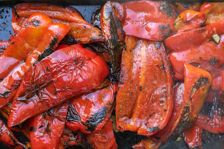 Disposizione piatta di peperoni rossi arrostiti pronti per essere serviti