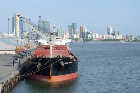Dar es Salaam, Tanzania - December 18: Bulk carrier vessel in the port of Dar es Salaam on December 18, 2017 in Dar es Salaam, Tanzania. Stok Fotoğraf - 148732424