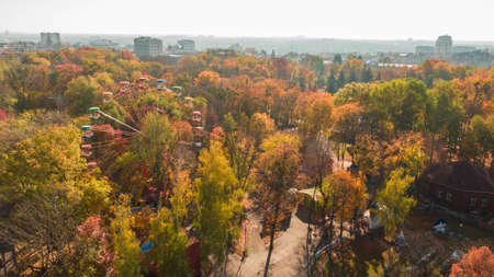 Autumn aerial photo of Ferris wheel landscape. Park and yellow trees. Romantic and comfort atmosphere Stockfoto