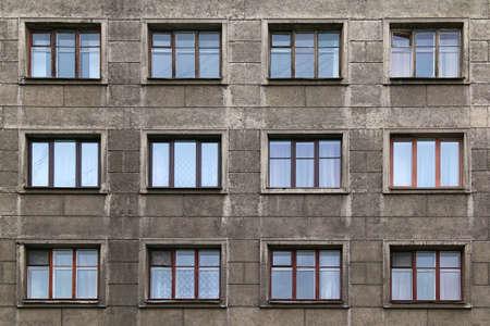 Ventanas en una fila en la fachada del edificio de apartamentos
