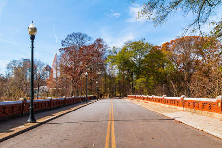 The road in the Piedmont Park in the sunny autumn day, Atlanta, USA 版權商用圖片
