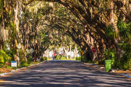 Vue de Magnolia Ave à Saint Augustine en journée ensoleillée, Floride, USA