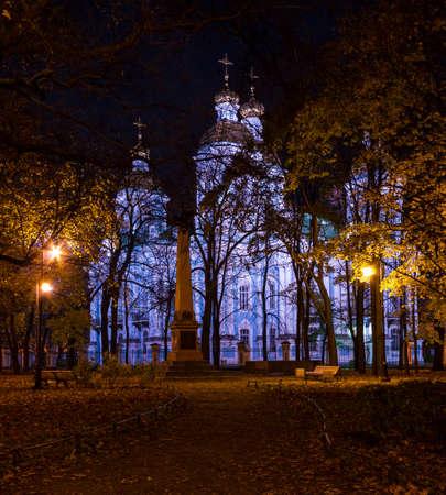 De herfstmening van de nacht van verlichte St. Nicholas Naval Cathedral en Nikolskiy-tuin, St. Petersburg, Rusland Stockfoto