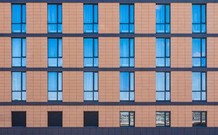 Vele vensters op een rij op voorgevel van modern stedelijk de bouw vooraanzicht, St. Petersburg, Rusland Stockfoto - 91112401