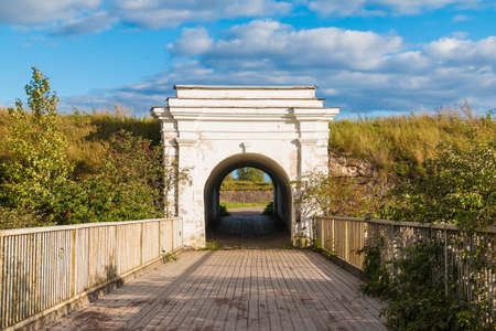 Ravelin Gate entre murs de pierre et pont de bois en journée ensoleillée, Annenkrone, Vyborg, oblast de Léningrad, Russie