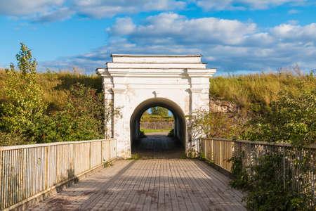 Ravelin-Tor zwischen Steinmauern und Holzbrücke im sonnigen Tag, Annenkrone, Wyborg, Oblast Leningrad, Russland