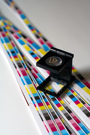prepress: Preimpresi�n en color menagement producci�n de impresi�n. De color CMYK comprobar en papel impreso. Concepto de calidad de impresi�n