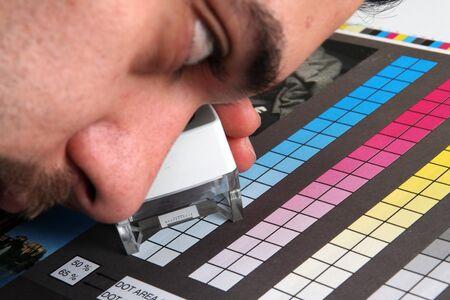 estampado: Prepress color menagement en la producci�n de impresi�n. Color CMYK comprobar en papel impreso. Concepto de calidad de impresi�n