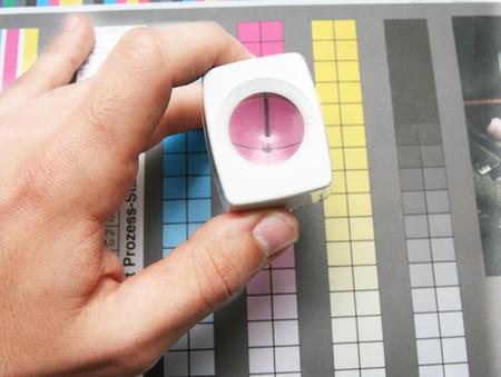 reproductive technology: Prepress color menagement en la producci�n de impresi�n. Color CMYK comprobar en papel impreso. Concepto de calidad de impresi�n