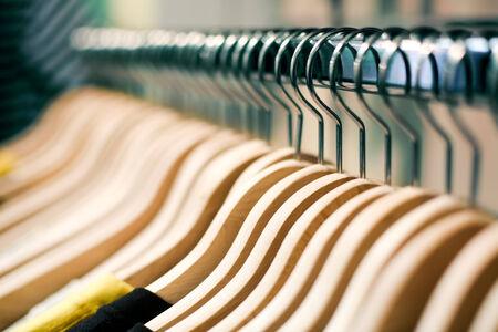 T シャツを販売する準備ができた店で服をハンガー。ファッション ショッピング ストア コンセプト