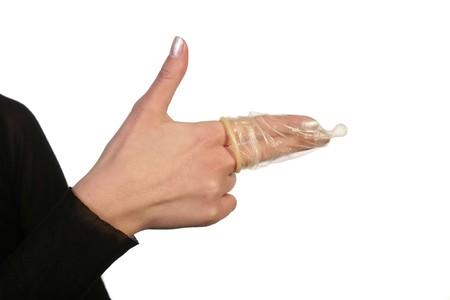 disease prevention: Mujer mano mostrando arma con la mano firme y cond�n. Concepto de prevenci�n de enfermedades sexuales