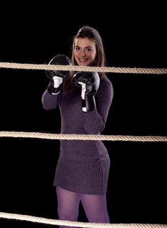 feministische: Mooie jonge sexy vrouw in de boks ring met hand schoenen