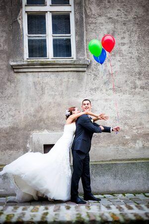 femme mari�e: Wedding couple dans l'amour en s'amusant. Groom est de cacher les ballons de la mari�e Banque d'images