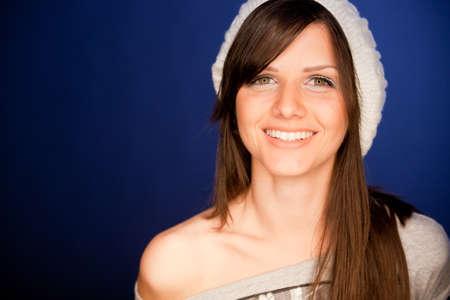 Bello retrato de mujer joven, sonriendo contra el fondo azul sencilla Foto de archivo - 12125340