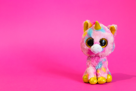 Toy Pink Unicorn sits on a pink background. Banque d'images - 115557419