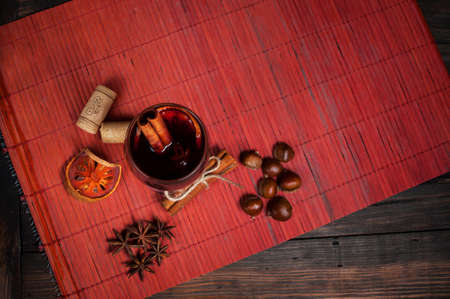 vin chaud: Vin chaud pour l'hiver et de No�l avec diverses �pices Banque d'images