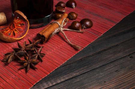 vin chaud: Vin chaud pour l'hiver et de Noël avec diverses épices Banque d'images