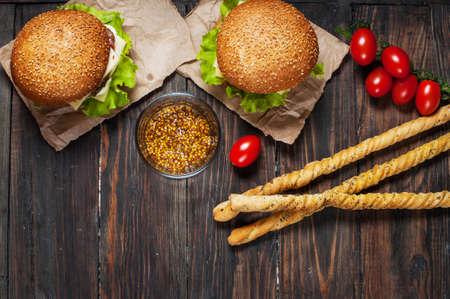 gressins: hamburgers maison fraîches et gressins sur fond de bois. Banque d'images