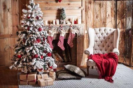 美しいモミの木とクリスマスの部屋を装飾されています。 写真素材