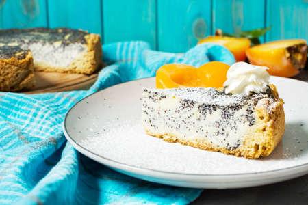 おいしいケシの種のチーズケーキと桃の作品。