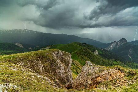 precipitacion: Truenos y relámpagos en las montañas de Adiguesia