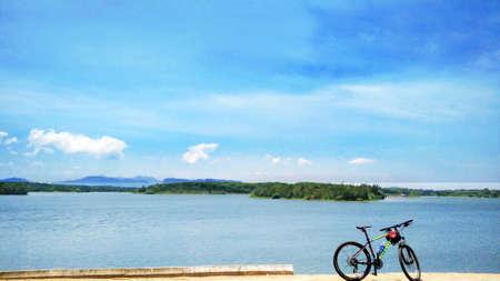 Een fiets op het strand in een heldere hemel