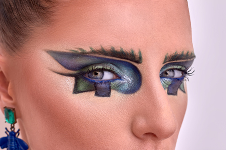ojos azules: Close up portrait of beautiful model. Fashion style, geometry makeup.