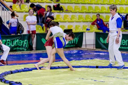 Russia, Vladivostok, 30/06/2018. Gara di sumo tra ragazze nate nel 2003-2004. Torneo per adolescenti di arti marziali e sport da combattimento. Editoriali