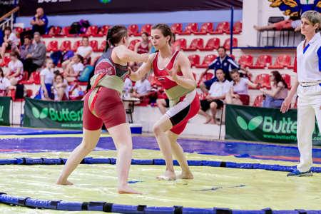 Russia, Vladivostok, 30/06/2018. Gara di sumo tra ragazze nate nel 2003-2004. Torneo per adolescenti di arti marziali e sport da combattimento.