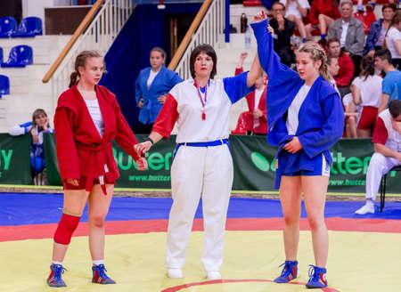 Russia, Vladivostok, 30/06/2018. Gara di wrestling tra ragazze nate nel 2003-2004. L'arbitro annuncia il vincitore del combattimento. Torneo per adolescenti di arti marziali e sport da combattimento.