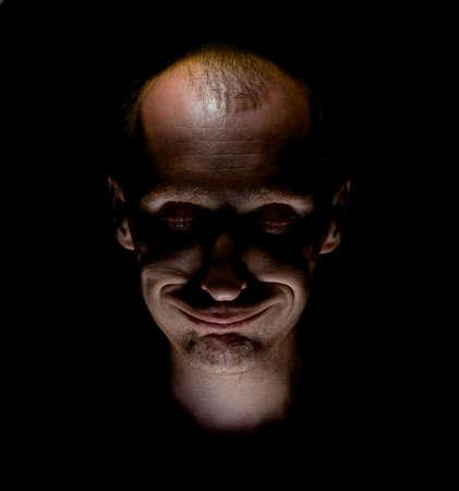 Elegante retrato humorístico de un hombre caucásico adulto que sonríe como loco o loco con los ojos cerrados.