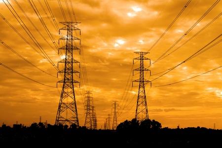 torres de alta tension: pilón eléctrico al amanecer Foto de archivo