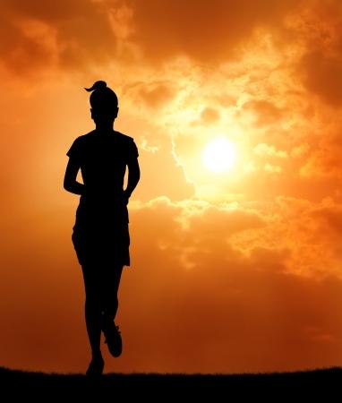 mujeres corriendo: mujer corriendo al atardecer silueta